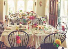 pompones de colores en las sillas