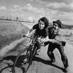 Cette autre photo de Robert Doisneau montre une jeune fille qui ...