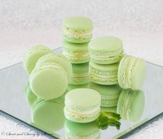 Refreshing mint French macarons with minty white chocolate ganache filling are perfect to welcome the spring! Step by step tutorial