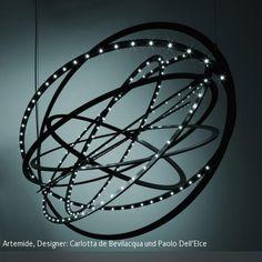 """Die Pendelleuchte """"Copernico"""" von Artemide trägt ihren Namen in Anlehnung an den Astronomen Nikolaus Kopernikus, der als erster ein heliozentrisches Weltbild entwarf…"""