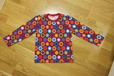 T-shirt i Cirklar och stjärnor med röd mudd. T Shirt, Tops, Women, Fashion, Supreme T Shirt, Moda, Tee Shirt, Fashion Styles, Fashion Illustrations
