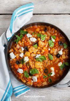 Wegetariańska potrawa jednogarnkowa z kalafiorem i pomidorami w greckim stylu