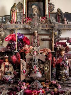an altar of so many santo's.ex voto's.way overdone.no unusal to be that overdone. Religious Icons, Religious Art, Catholic Art, Image Du Christ, Madonna, Tattoo Studio, La Madone, Religion, Home Altar