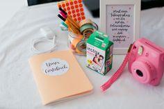 Auf der Hochzeit darf natürlich auch das Hochzeitsgästebuch nicht fehlen. Denn für das Brautpaar ist das Gästebuch eine wunderschöne Erinnerung an ihrem besonderen Hochzeitstag. Es ist außerdem der perfekte Weg um es persönlich zu gestalten. Wie zum Beispiel mit handlettering. Achtet darauf das es farblich zu eurem Stil passt. Außerdem ist eine Polaroid Kamera eine schöne zusätzliche Idee um das Gästebuch einzigartig zu machen. Eine unbezahlbare Erinnerung für die Ewigkeit. #Polaroid…