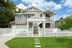 typical Triple Gable Queenslander - Love the external colour choice! Gives a modern touch without losing the Queenslander feel Exterior Paint Colors, Exterior House Colors, Paint Colors For Home, Fresco, Weatherboard Exterior, Queenslander House, Hamptons House, Facade House, House Exteriors