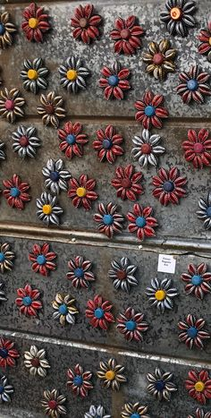 Each one of these flowers are hand bent metal bottle caps (beer, coke. etc) and glued to become beautiful flower magnets. These magnets will add character to your refrigerator or any thing a magnet can stick to.This Beer bottle cap flower magnet is j Beer Bottle Crafts, Beer Cap Crafts, Bottle Cap Projects, Crafts With Bottle Caps, Beer Bottles, Coke Can Crafts, Cork Crafts, Diy Crafts, Recycle Crafts