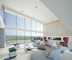 meubles et décoration intérieur salon avec fenêtres du sol au plafond