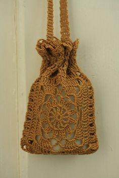 Esittelin jo aiemmin tässä blogissa perinteisen kukkaruudun, jota olen käyttänyt monissa laukuissa ja muissa töissäni. Tässä teille vielä... Pattern Library, Crochet Purses, Photo Tutorial, Bar Soap, Decorative Bells, Crochet Projects, Ravelry, Free Pattern, Knit Crochet
