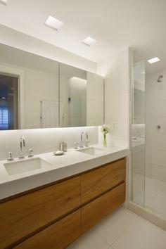 Organize Bathroom Countertop, White Bathroom Cabinets, Narrow Bathroom, Modern Bathroom, Bathroom Colors, Bathroom Shower Curtains, Interior Design Toilet, Industrial Kitchen Design, Bathroom Renovations