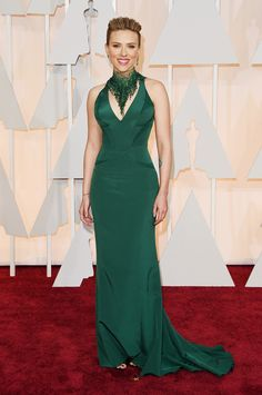 Scarlett, emerald green just may be your new color. If the star's bodycon silk Versace number wasn't enough to make your jaw drop, just look at that amazing beaded necklace and Piaget ear cuff! We can't take our eyes off of these jewels!
