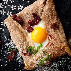 Pyszne naleśniki gryczane inspirowane francuskimi galettes bretonnes. Pomysł na lunch oraz świetna alternatywa dla kanapek na śniadanie lub kolację. Usmażone naleśniki można przechowywać przez kilka dni w lodówce (także zamrozić). Gdy mamy gotowe naleśniki przygotowanie smacznej przekąski trwa już tylko chwilę. Chrupiące, z roztopionym serem i ulubionymi dodatkami w środku (polecam np. ser kozi, paprykę i dobre salami), naprawdę rewelacyjne. Koniecznie do wypróbowania! :-) Gourmet Recipes, Cooking Recipes, Healthy Recipes, Cooking Blogs, Yummy Recipes, Breakfast Desayunos, Breakfast Recipes, Crepes, Brunch