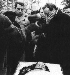 Achmatova funerale. Iosif Brodskij a destra, Rein a sinistra.