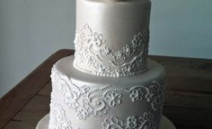 tutorial on applying royal icing lace to cake - Faye Cahill style