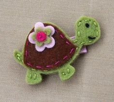 Felt turtle hairclip (could be a pin, too. Felt Turtle, Tiny Turtle, Felt Hair Accessories, Sewing Crafts, Sewing Projects, Felt Hair Clips, Barrettes, Felt Patterns, Wool Applique