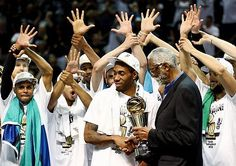 MVPに選ばれたスパーズのレナード=15日、米テキサス州サンアントニオ(AFP=時事) ▼16Jun2014時事通信|スパーズ雪辱、NBA王者に=4勝1敗、7年ぶり制覇 http://www.jiji.com/jc/zc?k=201406/2014061600606
