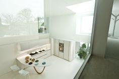 Snaidero OLA 20 in nordic white micalized lacquered doors and countertop in Ksoul white quartz stone #SnaideroUSA | Pininfarina Design