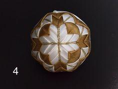 Dekorácie - vianočné patchworkové gule bledomodro-bielo-zlaté - 7148645_
