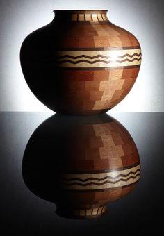 Artesanía Colombiana. Cuenco de cedro, nogal y marfil con trabajo en zig zag.