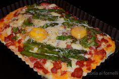 Una pizza ricca e sfiziosa con asparagi, uova e mozzarella