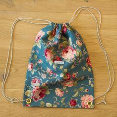 Die schönsten Geschenke sind selbst gemacht! Überrasche deine Liebsten mit einem selbst genähten Turnbeutel. Bei über 2000 Stoffen ist für jede(n) das richtige dabei! #diy #geschenk #nähen #geschenkidee #selbstgemacht #selbermachen Drawstring Backpack, Backpacks, Rose, Bags, Fashion, Cinch Bag, Gymnastics, Make Your Own, Homemade