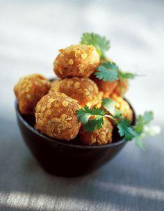 Recette Boulettes de lentilles à l'indienne : 1 Mettez les lentilles dans une casserole et couvrez-les largement d'eau. Portez à ébullition et laissez cuir...