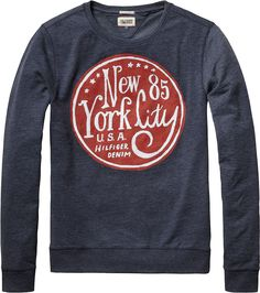 Das Langarm Shirt Valdo L/S von Tommy Hilfiger hat auf der Vorderseite ein großen Print. Passend zum Rundhalsausschnitt lassen sich so geschickt Hemden mit Kentkragen kombinieren oder auch modische Strickjacken. Der Vielseitigkeit sind hier kaum Grenzen gesetzt. 50% Baumwolle, 50% Polyester...