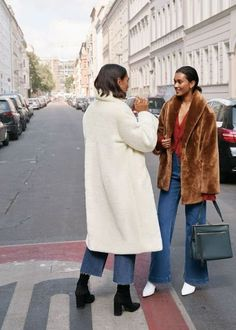 How to Style Faux Fur Coat This Season - Fashion Week Street Look, Street Style Looks, Beige Faux Fur Coat, Mantel Outfit, Parisienne Chic, Mode Vintage, Coat Dress, Fur Coat Outfit, Mode Outfits