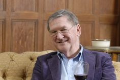 Hugh Johnson (f. 1939), er en af verdens mest kendte vineksperter og har skrevet adskillige internationalt anerkendte vinbøger. Hugh Johnson er forfatter til de årlige udgivelser af den lille vinhåndbog – senest VIN 2015.