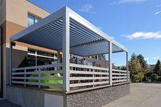 A bioklimatikus pergola tökéletes megoldást nyújt kávézók, éttermek kiülő részének árnyékolására. Motoros működésének köszönhetően mindig a megfelelő mennyiségű napfényt engedi át, továbbá védelmet nyújt az esőtől, hótól. Nem utolsó sorban egy igényesen kivitelezett pergola prémium megjelenést biztosít a helynek. Pergola, Outdoor Decor, Home Decor, Decoration Home, Room Decor, Outdoor Pergola, Home Interior Design, Home Decoration, Interior Design