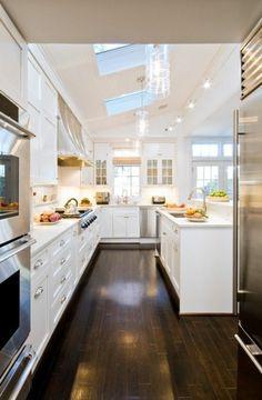 ilot central en marbre pour la cuisine claire avec un parquette foncé