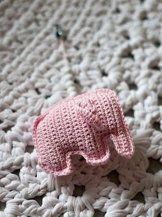 Virkattu norsu vaunuleluksi vauvalle. Diy Crochet, Crochet Hats, Amigurumi Toys, Crochet Fashion, Crochet Animals, Doll Toys, Dolls, Crochet Patterns, Knitting