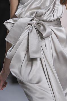 Pearl grey dress with soft drape; elegant fashion details // Elie Saab Spring V Grey Fashion, High Fashion, Fashion Week, Runway Fashion, Paris Fashion, Elie Saab Spring, Foto Real, Dior, Style Outfits