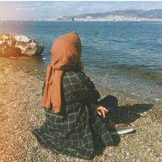 Image may contain: one or more people, ocean, outdoor and water Hijab Gown, Hijab Niqab, Hijab Chic, Mode Hijab, Niqab Fashion, Modern Hijab Fashion, Muslim Fashion, Hijabi Girl, Girl Hijab