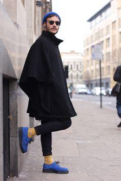ステンカラーコートとブルーアイテムの着こなし