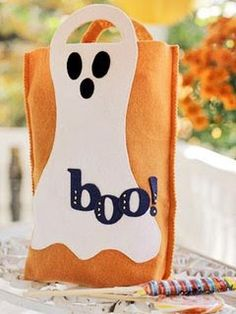 Creative Halloween Treat Bags and Containers.Make these clever treat bags and containers for Halloween trick-or-treaters or party guests. Diy Halloween Trick Or Treat Bags, Diy Halloween Treats, Halloween Candy Bags, Halloween Ghost Decorations, Hallowen Ideas, Halloween Party Decor, Dulceros Halloween, Halloween Sewing, Halloween Taschen