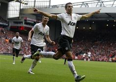 Van Persie sinks unlucky Liverpool, Man City held