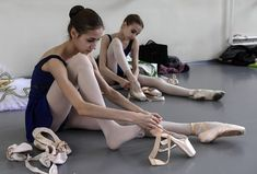 Putting on ballet shoes before a classical ballet class Ballet School, Ballet Class, Ballet Girls, Ballet Dancers, Alonzo King, Ballet Pictures, Pretty Ballerinas, Bolshoi Ballet, Dance Tips