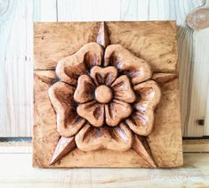 Buenas!! Os presento el gran trabajo de Conchita. Una Rosa Tudor tallada en madera de tilo y acabado envejecido con pátina de anticuario (cera + betún)