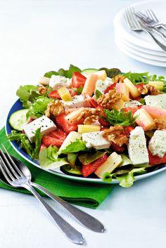 Kesäsalaatti | K-ruoka  Fetasalaatti muuttuu kesäiseksi vaihtamalla tomaatin raparperiin ja mansikoihin. Ketogenic Recipes, Diet Recipes, Healthy Recipes, Finnish Recipes, Spring Salad, Just Eat It, Food Humor, Bon Appetit, Salad Recipes