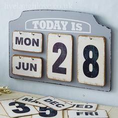 35 Gorgeous DIY Desk Calendar Ideas: Although you have a calendar application on your phone, a physical calendar is still somewhat… Diy Calender, Flip Calendar, Desk Calendars, Calendar Ideas, Cheap Office Ideas, Shabby Chic Gifts, House Furniture Design, Calendar Design, Cardboard Crafts