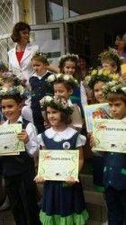 Morometii Premiul întâi  Premiul intai cu coronita Serbarea şcolară continuă. Începând cu clasa I, învăţătorii începură să strige copiii cu ...