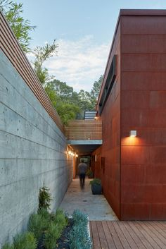 Hillside House in Marin County by Zack de Vito Architecture Steel Cladding, Timber Cladding, Exterior Cladding, Casa Loft, Weathering Steel, Hillside House, Energy Efficient Homes, California Homes, Apartments