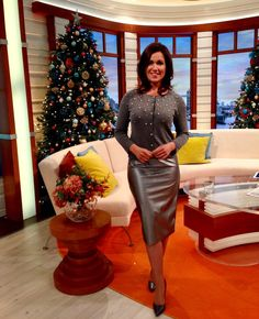 Susanna Reid causes chaos online as she flaunts MAJOR cleavage in skintight dress on GMB . Sexy Skirt, Dress Skirt, Suzanna Reid, Sexy Outfits, Hobble Skirt, Leather Dresses, Leather Skirts, Tv Girls, Vestidos