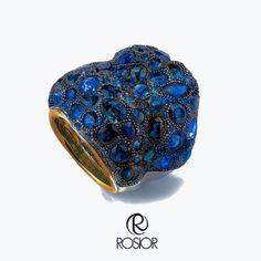 #anel em #ouro #19,2k, branco e amarelo e #safiras #ceilão em #talhes variados. #criação de #manuelrosas. #joia #unica #rosior #manufactura #portuguesa #19,2k white and yellow #gold #ring with #round and #fancy #cut #ceylon #sapphire. #manuelrosas #creation . #unique #rosior #masterpiece. #manufacture of #high #jewellery in #Portugal
