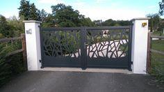 Realisations de nos clients - LMC Ouvertures Aluminium Door Design, Aluminium Gates, Front Gate Design, Main Gate Design, Aluminum Driveway Gates, Gate Designs Modern, Iron Front Door, Privacy Fence Designs, Sliding Gate
