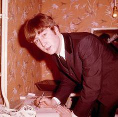 John Lennon signs autographs in a dressing room in 1963 [Popperfoto/Getty Images] Musician and former Beatle John Lennon, who was assassinated on 8 December Here is his life in pictures. The Beatles, John Lennon Beatles, Beatles Songs, John Lennon Yoko Ono, Imagine John Lennon, Yellow Submarine, Paul Mccartney, John Lennon Birthday, Linda Eastman