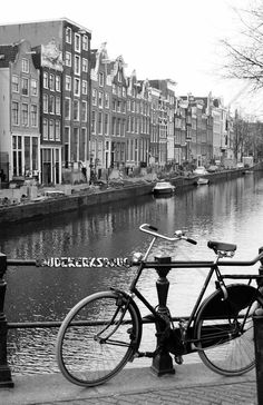 Bicycle by the Canal in Amsterdam - Fotobehang & Behang - Photowall