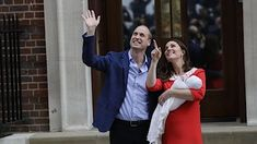 Vévodkyně Kate s manželem princem Williamem před porodnicí ukazují svého novorozeného syna