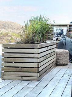 Outdoor Garden Furniture, Outdoor Decor, Outdoor Flowers, Diy Sofa, Wood Planters, Dere, Flower Pots, Diy Flower, Outdoor Living