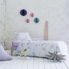 Φιγούρες και σχέδια που θα κλέψουν την παράσταση διακοσμούν τo βαμβακερό σετ παιδικά σεντόνια, 144 κλωστών της σειράς Pawnee της Nima. Δημιουργήθηκαν για να ταξιδέψουν τους μικρούς μας φίλους σε κάθε λογής περιπέτειες στα όνειρά τους. Bed Pillows, Pillow Cases, Toddler Bed, Furniture, Home Decor, Pillows, Child Bed, Decoration Home, Room Decor
